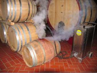 using pressurised steam vapour to clean wine barrels